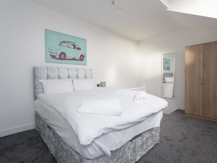 serviced apartments in Leeds with large bed