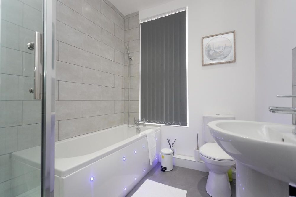 short stay apartments in leeds bathroom