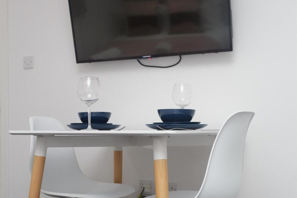 rent apartment leeds dining table