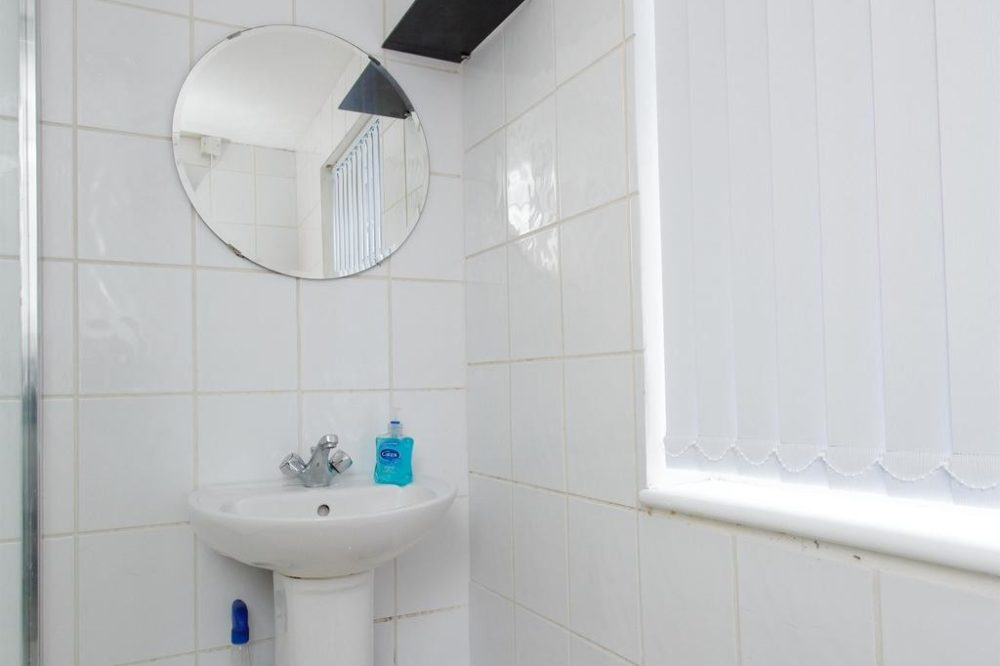 leeds accommodation with modern bathroom