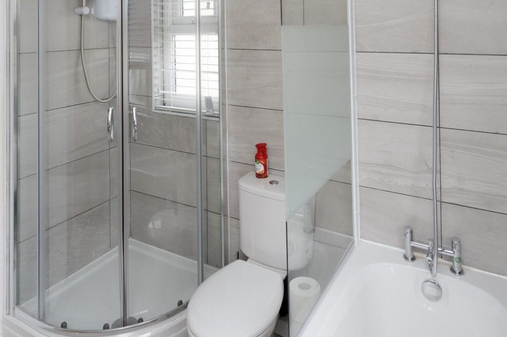 leeds accommodation with large bathroom