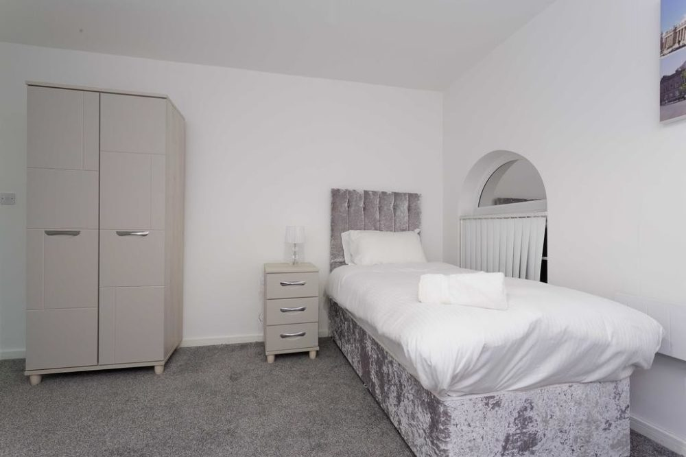 serviced accommodation with cozy bedroom