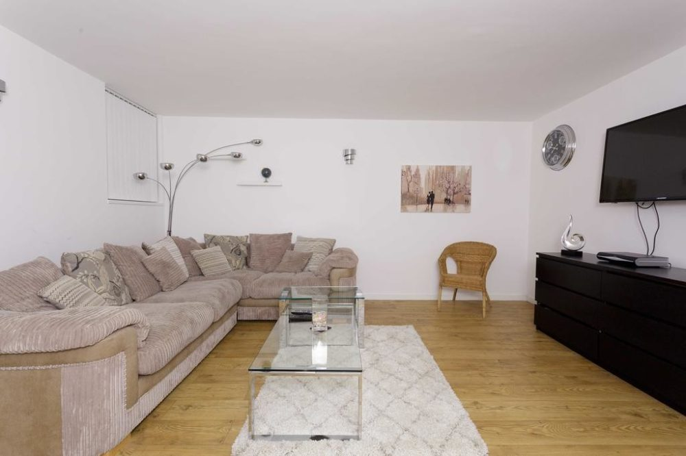 93106954 Services apartments & accomodation in Leeds