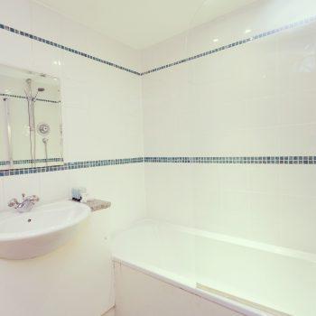 Leeds apartments with pristine bathroom